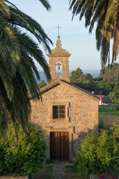 Chapel watches over Pazo de Geigegos